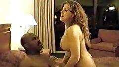 Vollbusige Ehefrau fickt Schwarzen, während ihr Ehemann Schwarzen filmt