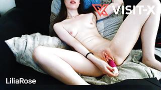 VISIT-X Junge Deutsche zittert und squiertet im Wohnzimmer