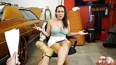 Roadside - latina gruesa y caliente se folla al mecánico para obtener un descuento