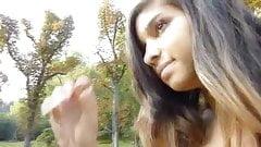 nika camina por el bosque