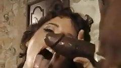 Monika, mamie poilue, a besoin d'une double pénétration par une grosse bite noire