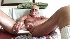 Il papà laabanthony lo adora con dei dildo.