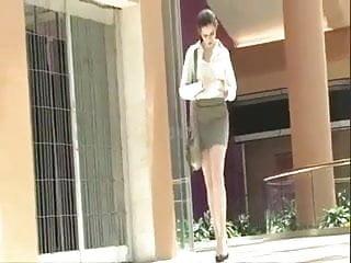 Secretary softcore Elle laisse tomber une capote et la ramase