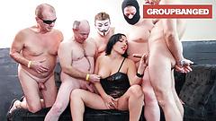 Gangbang Queen превращает свою киску в фонтан