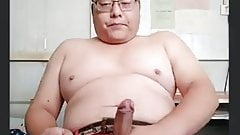 Gordo asiático masturbador