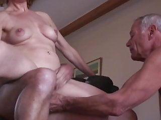 Eine Ehefrau lässt ihren Ehemann ihren Sex mit einem jungen Typ anschauen.
