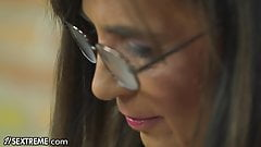 Joven rubia se besa con la vieja bibliotecaria de la universidad