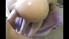 Sesso anale fatto in casa con una milf mora in olio. a pecorina