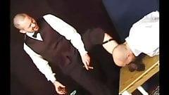 Lo schiavo mangia i calzini trasparenti del maestro