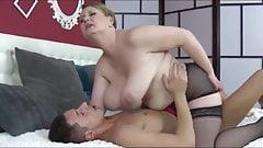 Suesse.. Hausfrau im Bett verwoehnt