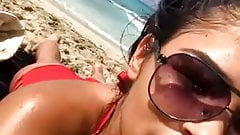 Calda ragazza tettona in bikini sulla spiaggia