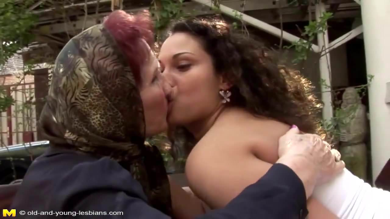 Lesbians Kissing Making Out