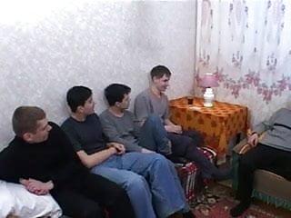 Photo homme amateur - Cinq jeunes hommes pour la satisfaire