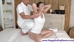 Великолепная массажная крошка дрочит своему массажисту