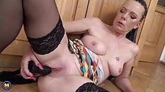 Mature mom Inka fucks her hungry pussy