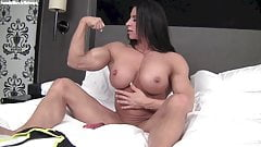 Ripped female bodybuilder fucks a vibrator in bed