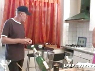 Mature jambes Partie de jambes en l air dans la cuisine