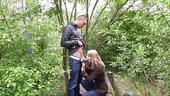 Libertine blonde rencontree dans les bois et baisee a la mai