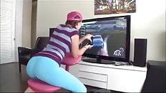 Lizzie Tucker трахнули во время игры в консоль