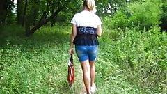 Девушка прогуливается в лесу