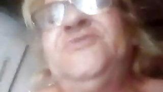 Maria Silva coroa mostrando a buceta meladinha