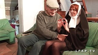 Vieille none baisee et sodomisee par Papy et son pote