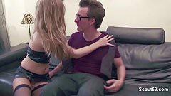 Stiet-Tochter gibt Vater einen Fick damit er schweigt