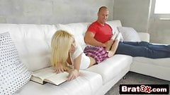 Hermanastro folla hermanastra en el sofá mientras lee ...