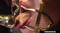 Rubberdoll kochanka lateksu wykonuje szaloną niewoli na mina mina!