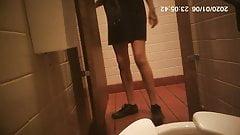 Sexy adolescente mijando no restaurante voyuer