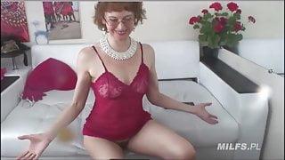 Slender muscular MILF flexes on webcam