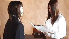 Japanisches Schulmädchen versohlt Lehrerin für Benotungsfehler