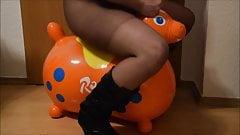 Rody si scopa e cavalca in calze di nylon