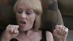 Дегустирует сперму ее пасынка на ее языке