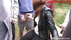 gringa degenerada chupa penes en parque