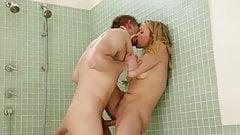 Mia Malkova wurde von ihrem Bruder in der Dusche gefickt