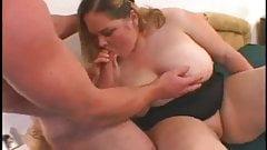 Пухлая подруга-толстушка с бритой мокрой киской обожает трахаться-1