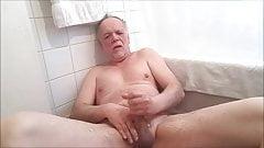 Branlette et pisse dans les toilettes...