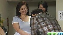 Зрелая Chizuru знает, как ублажить члены