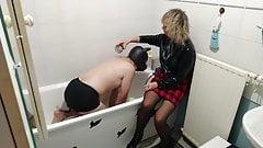 Maitresse Paloma baptise son chien à la pisse