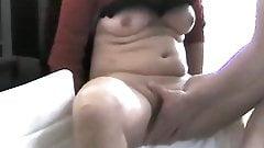 Horny MILF fingernd Pussy