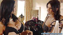 Женское доминирование, Emma и Jasmine, скачущая на члене нижняя