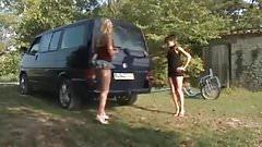 Девушка трахается в выхлопе машины