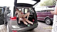 Sperma Schlampe bumst mit fremden im Auto