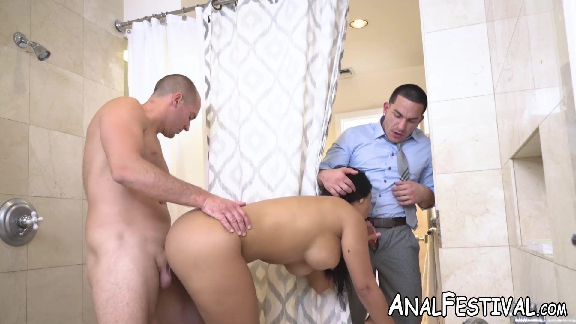Порно видео изменяет мужу сосет в туалете