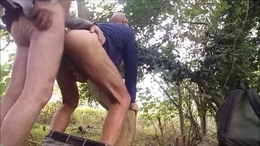 Dans les bois, dans le cul