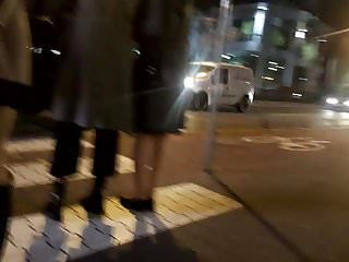 Older gay stoy - Dupa w mini stoi na przejsciu