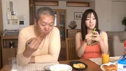 グラマーな爆乳妻の長澤あずさが義父とこっそり生ハメエッチを堪能