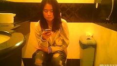 Rasiertes asiatisches Mädchen pisst