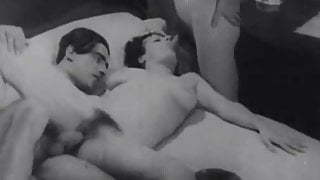 Bored Girl gets Fucked in a Threesomes (1920s Vintage)